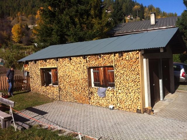 houtstapel tegen muur zwitserland